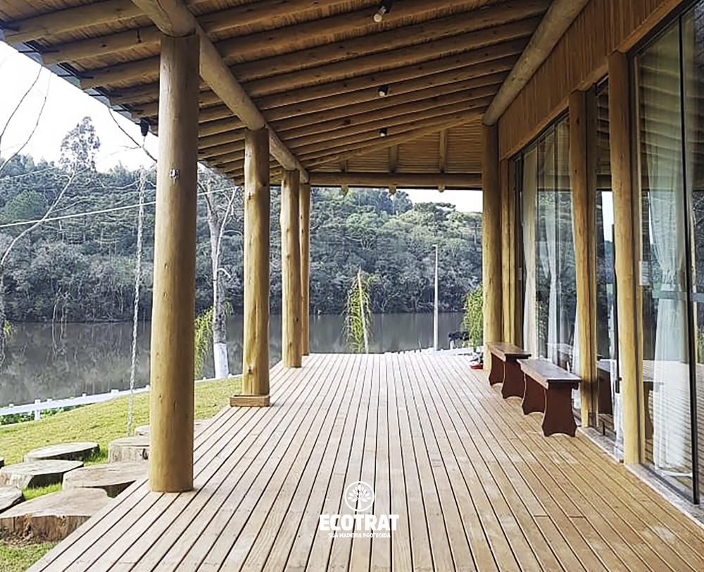 Por sua beleza e durabilidade, a madeira de deck pode ser usada em diversas aplicações, como o caso dessa varanda em casa de campo - que a deixou ainda mais linda e aconchegante!