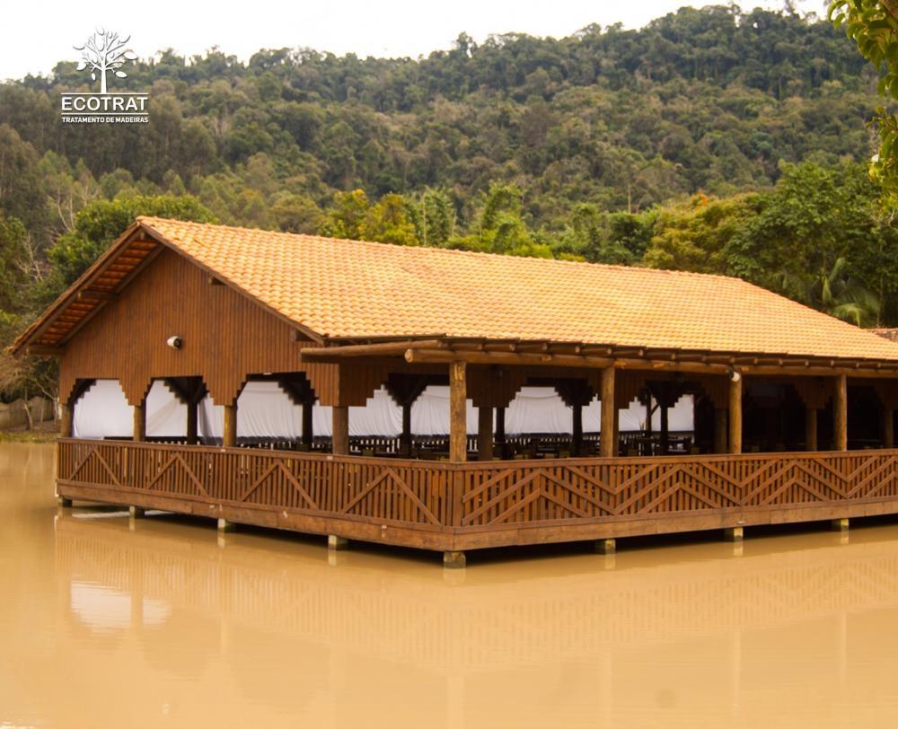 Produzimos galpões abertos e fechados com revestimento em telha de cerâmica com tesouras de até 12m de vão livre e diversos comprimentos.