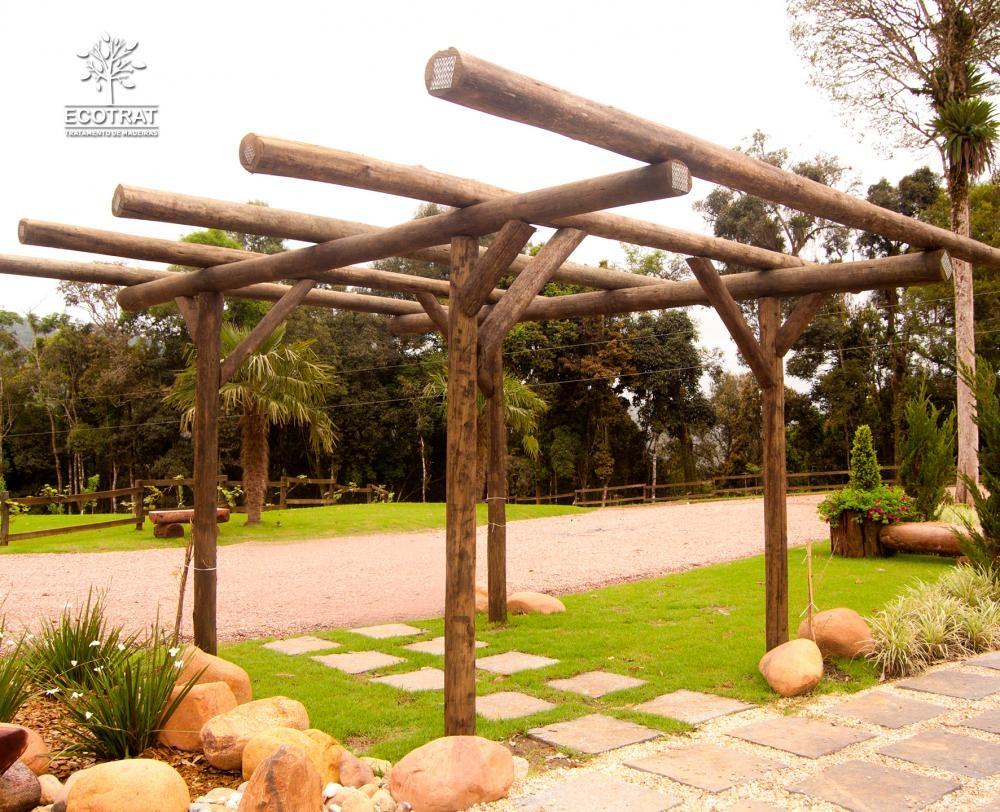 A madeira roliça é um material muito durável quando utilizado o tratamento adequado, protegendo efetivamente contra insetos, fungos e apodrecimentos.