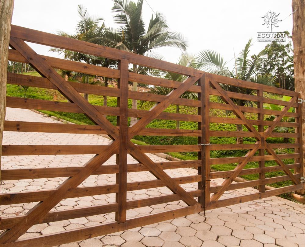 Se você está procurando um produto com durabilidade, resistente às intempéries e ótima relação de custo x benefício, o portão de madeira é a opção ideal. Deseja fazer o seu portão personalizado? Na Ecotrat disponibilizamos em nossa estrutura interna, profissionais altamente capacitados para desenvolvimento do seu projeto.