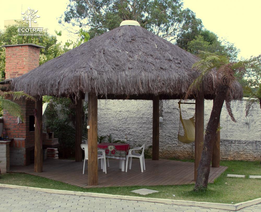 Quiosque produzido com madeiras roliças provenientes de florestas de eucalipto renovadas, previamente selecionadas e tecnologicamente tratada.