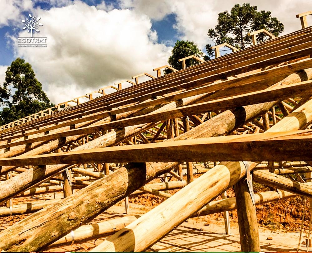 Produzidas com madeiras roliças as tesouras pré-fabricada tem tecnologia exclusiva, garantindo alta resistência mecânica e dimensionadas adequadamente para cada tipo de galpão.